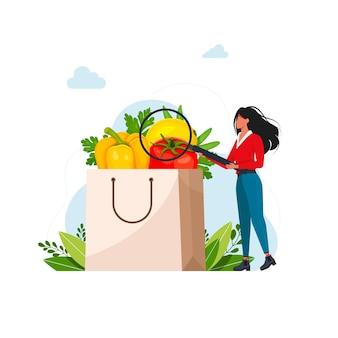 Menschen, die sich gesund ernähren. frau untersucht in einer lupe papiertüte mit frischem obst und gemüse. vektorillustration für organische ernährung, ernährungsberater. vektor-illustration