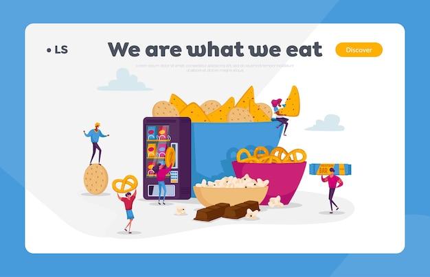 Menschen, die snacks essen winzige charaktere, die verschiedene trockene vorspeisen genießen