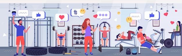 Menschen, die übungen mit der mobilen online-app social media netzwerkkommunikation digital addiction workout-konzept moderne turnhalle innenskizze in voller länge horizontal machen