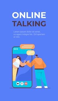 Menschen, die während des videoanrufs chatten, soziale netzwerk-chat-blasenkommunikation online sprechendes konzept vertikaler kopierraum-vektorillustration in voller länge