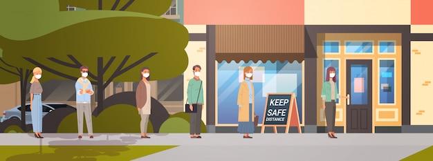 Menschen in gesichtsmasken stehen schlange zum café und halten abstand, um covid-19 zu verhindern