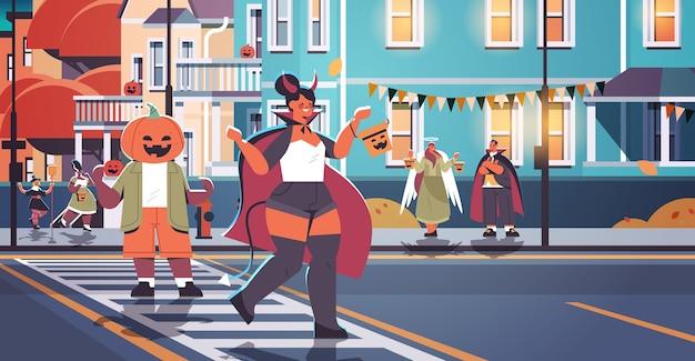 Menschen in kostümen, die in der stadt gehen oder süßes halloween-feierkonzept-grußkarte horizontale vektorillustration in voller länge spielen