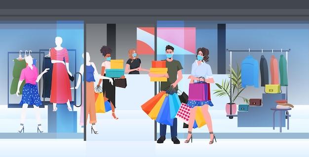Menschen in masken, die mit einkäufen gehen, schwarzer freitag, großer verkaufsförderungsrabattkonzept, einkaufszentrum, interieur in voller länge, horizontale vektorillustration