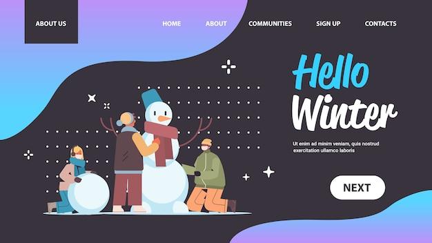 Menschen in masken machen schneemann mix race freunde, die winter spaß im freien aktivitäten coronavirus quarantäne-konzept in voller länge horizontale kopie raum vektor-illustration