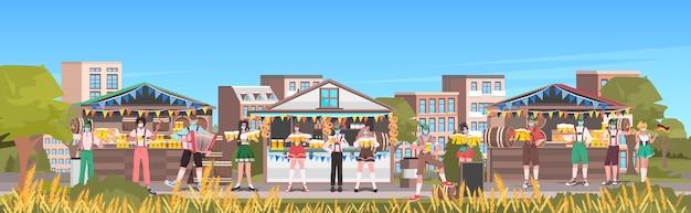 Menschen in masken trinken bier oktoberfest party feier open air outdoor festival stadtbild hintergrund