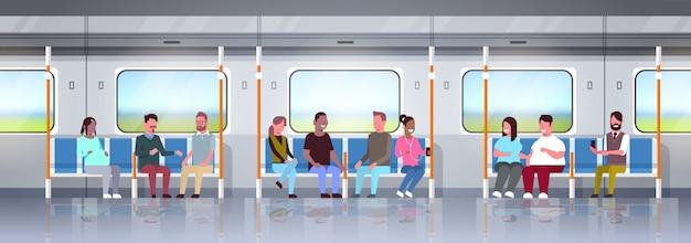 Menschen innerhalb der u-bahn-u-bahn mischen rennpassagiere, die im konzept des öffentlichen verkehrs sitzen