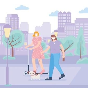 Menschen mit medizinischer gesichtsmaske, frau, die tretroller reitet und mädchen, das mit hund in der parkstraße, stadtaktivität während coronavirus geht