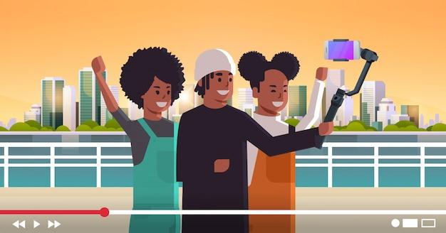 Menschen mit selfie-stick-stabilisator