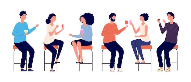 Menschen sitzen auf barhockern. freunde treffen, mann frau trinkt cocktails wein. isolierte junge mädchen in bar oder café, abend- oder geburtstagsfeier-vektor-illustration. barhocker, frau und mann sitzen auf stuhl