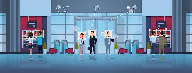 Menschen stehen schlange in der warteschlange, um geld abzuheben geldautomat identifikationsüberwachung cctv gesichtserkennung business center halle innen überwachungskamerasystem