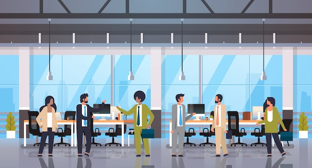 Menschen teamwork kommunikation brainstorming-konzept geschäftsleute frauen arbeiten treffen moderne büroeinrichtung in voller länge comicfiguren flach horizontal