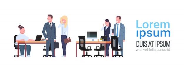Menschen treffen sich in kooperierenden büro frau sitzen arbeitsplatz geschäftsleute diskutieren