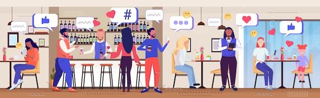 Menschen trinken cocktails social media netzwerk chat blase kommunikation digitale sucht konzept mix rennen besucher mit online-mobile-app moderne pub innenskizze in voller länge horizontal