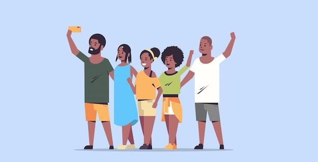 Menschengruppe, die selfie-foto auf smartphone-kamerafreunden macht, die spaß männliche weibliche zeichentrickfiguren in voller länge flach horizontal haben