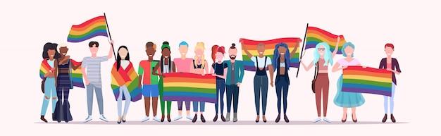 Menschengruppe hält regenbogenfahne lgbt stolz festival konzept mix rennen homosexuell lesben menge feiern liebesparade zusammen in voller länge flach horizontal stehen