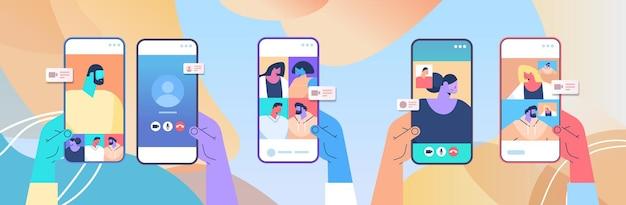 Menschliche hände, die mobile app für virtuelle konferenztreffenfreunde verwenden, die während des videoanrufs auf horizontalen vektorillustrationen des smartphonebildschirms diskutieren