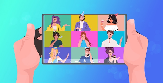 Menschliche hände, die tablet-pc-mischrassenfreunde verwenden, die online-party feiern, die virtuelles spaßfeierkonzept hat. leute diskutieren während des videoanrufs horizontale porträtillustration