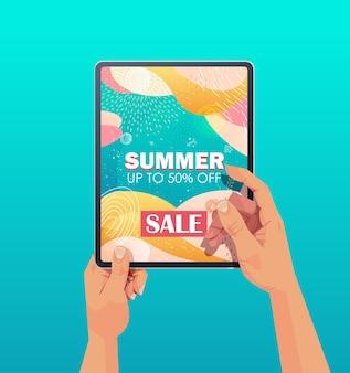 Menschliche hände, die tablett-pc mit sommerverkaufsfahnenflieger oder grußkarte auf bildschirm vertikale illustration verwenden