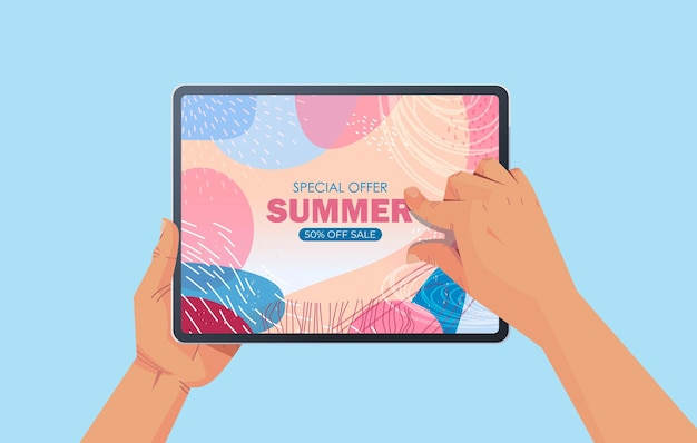 Menschliche hände, die tablett-pc mit sommerverkaufsfahnenflieger oder grußkarte auf horizontaler illustration des bildschirms verwenden