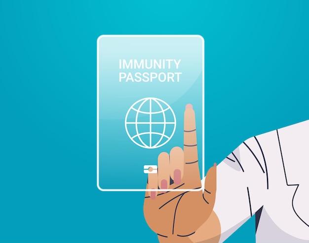 Menschliche hand, die den virtuellen globalen immunitätspass berührt, risikofreies covid-19-reinfektions-coronavirus-immunitätskonzept
