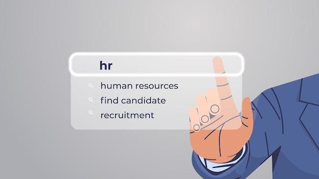 Menschliche hand, die hr in der suchleiste auf dem virtuellen bildschirm auswählt
