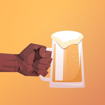 Menschliche hand hält bierkrug oktoberfest party feier konzept flach