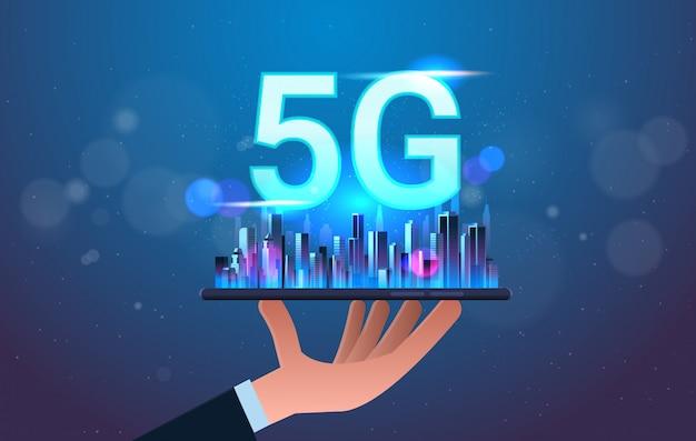 Menschliche hand hält digitales tablet mit smart city 5g online-kommunikationsnetzwerk drahtlose systeme verbindungskonzept