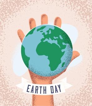 Menschliche hand hält erdplaneten. tag der erde konzept. poster- oder flyer-designvorlage. vintage gestaltete illustration mit schmutzbeschaffenheit