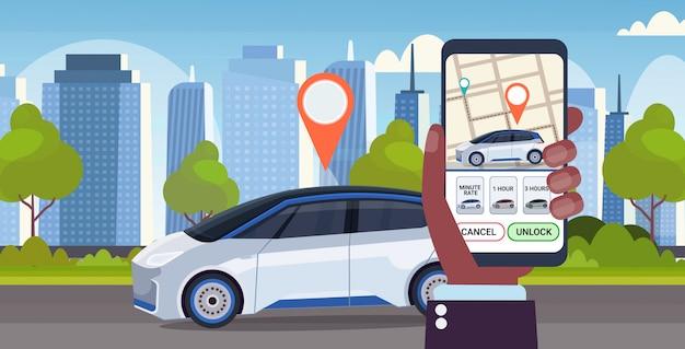 Menschliche hand mit online-bestellung taxi car sharing mobile anwendung konzept transport carsharing service app smartphone bildschirm mit gps-karte modernen stadtbild hintergrund horizontal