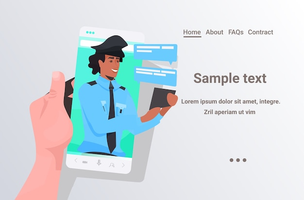 Menschliche hand unter verwendung des smartphones, das mit polizisten während des videoanrufs chattet