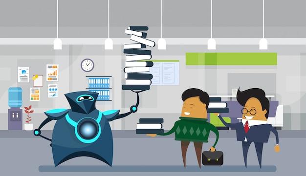 Menschliche roboter-büroangestellte, moderner roboter, der großen stapel bücher über geschäftsleuten hält