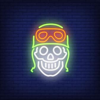 Menschlicher schädel im helm auf ziegelsteinhintergrund. neon-artillustration. motorradclub, motocross
