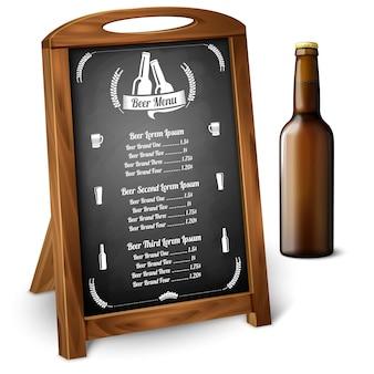 Menüvorlage auf tafel - für bier und alkohol mit realistischer brauner bierflasche und bieretikett mit platz für ihren text und design. vektor-illustration