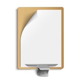 Metallische klammer auf leerem blatt papier