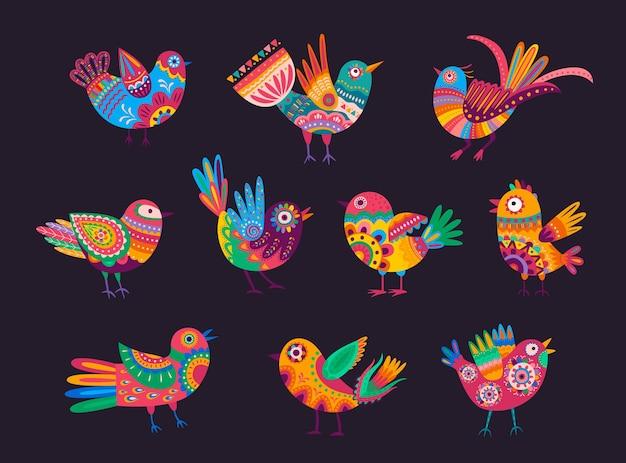 Mexikanische vögel mit bunten ornamenten, federn und schwänzen. vector alebrije-vögel, verziert mit ethnischem muster mexikos und blumenmotiv mit blumen und blättern. mexikanische urlaubselemente