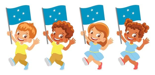 Mikronesien-flagge in der hand. kinder, die flagge halten. nationalflagge von mikronesien