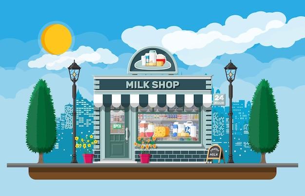 Milchgeschäft oder milchgeschäft mit schild, markise. ladenfassade mit schaufenster. bauernladen, vitrine. milchkäse joghurt butter saure sahne. natur im freien stadtbild.