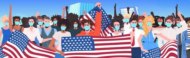 Mischen rasse menschen menge in masken, die zusammen stehen arbeitstag feier coronavirus quarantäne konzept stadtbild hintergrundporträt