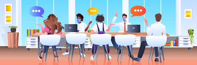 Mischen sie das renngeschäftsteam in masken, das während der besprechung der chat-blasenkommunikation diskutiert wird, brainstorming-coronavirus-quarantänekonzept horizontale abbildung in voller länge