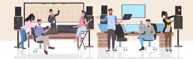 Mischen sie die rennenleute, die in den tonstudio-mannfrauen durchführen, die die horizontale kommunikation des digitalen gerätsozialen netzes in voller länge verwenden