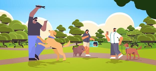 Mischen sie rassen, die mit hundebesitzern und niedlichen haustieren spazieren gehen, die spaß mit der freundschaft mit haustieren haben konzeptlandschaftshintergrund horizontale vektorillustration in voller länge