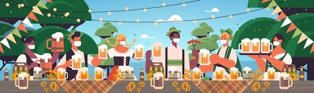 Mischen sie rassenleute in gesichtsmasken, die bier trinken oktoberfestfestfeierlandschaftshintergrund horizontal