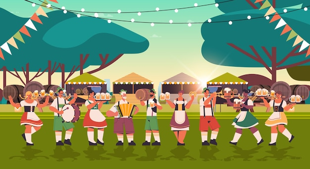 Mischen sie rassenleute in gesichtsmasken, die bier trinken und spaß oktoberfestfestfeierkonzeptlandschaftshintergrund horizontal haben