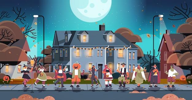 Mischen sie rassenleute in kostümen, die in der stadt gehen, süßes oder saures glückliches halloween-feier-coronavirus-quarantänekonzept horizontale vektorillustration in voller länge