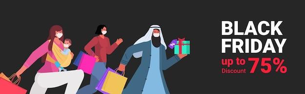 Mischen sie rassenleute in masken, die mit einkaufstaschen schwarzer freitag großer verkauf banner coronavirus quarantäne konzept porträt horizontale vektor-illustration laufen