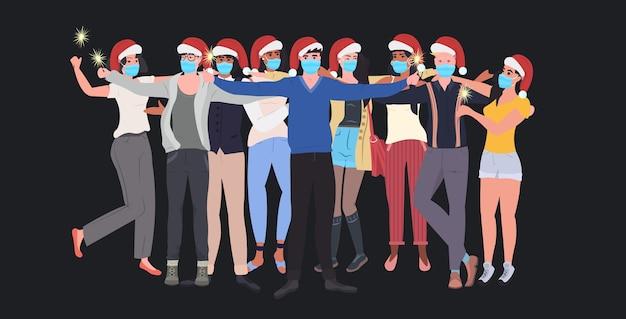 Mischen sie rassenleute in masken, die wunderkerzen-neujahrsweihnachtsfeiertagsfeier coronavirus-quarantänekonzept horizontale illustration halten