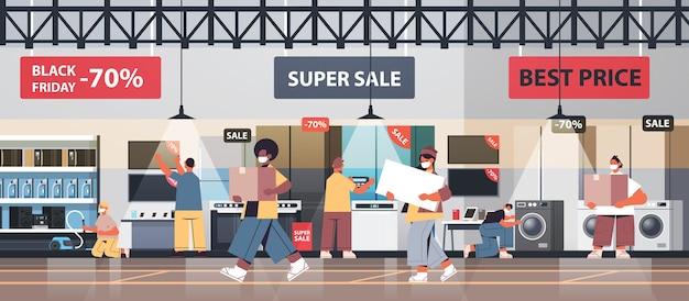 Mischen sie rassenleute in schutzmasken, die elektronische ausrüstung am coronavirus-quarantänekonzept des schwarzen freitag-verkaufsförderungsereignisses kaufen