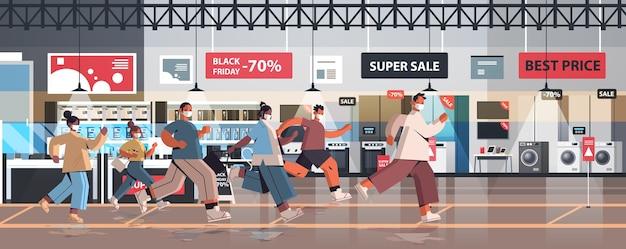 Mischen sie rassenleute in schutzmasken, die laufen, um auf verkauf black friday promotion event coronavirus quarantäne konzept elektronik shop interieur zu speichern