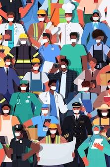 Mischen sie rassenmenschen verschiedener berufe, die zusammen stehen arbeitstag feierkonzept männer frauen, die masken tragen, um vertikale vektorillustration des coronavirus zu verhindern