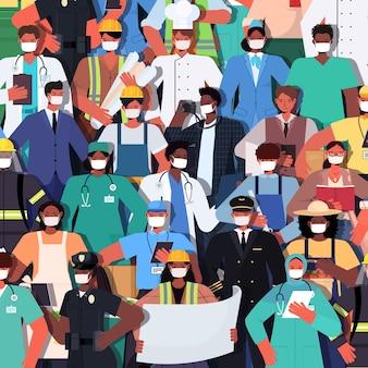 Mischen sie rassenmenschen verschiedener berufe, die zusammen stehen tag der arbeit feier konzept männer frauen tragen masken, um coronavirus vektor-illustration zu verhindern